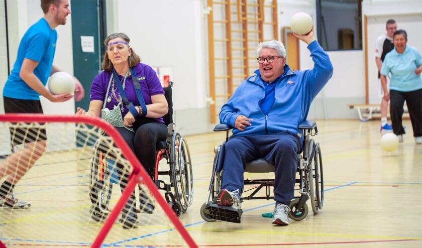 <p>Eén van de activteiten van Stichting Koprol is tjoekbal. José en Richard staan op het punt om te scoren. (Foto: Ron Willems)</p>