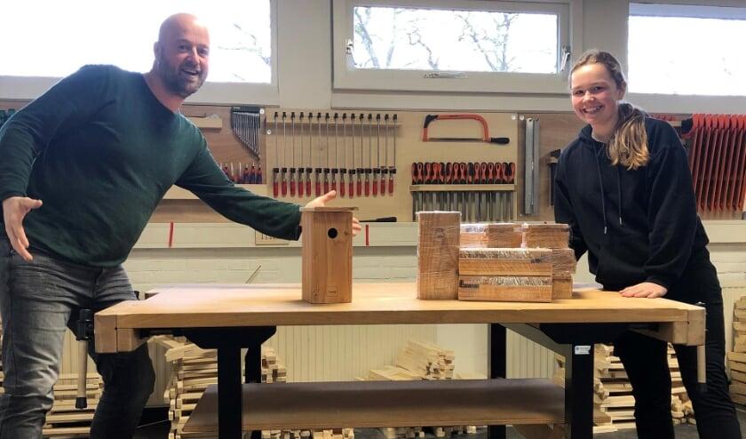 <p>Docent Klaas-Jan van de Belt &nbsp;en een leerling met de nestkastjes.</p>