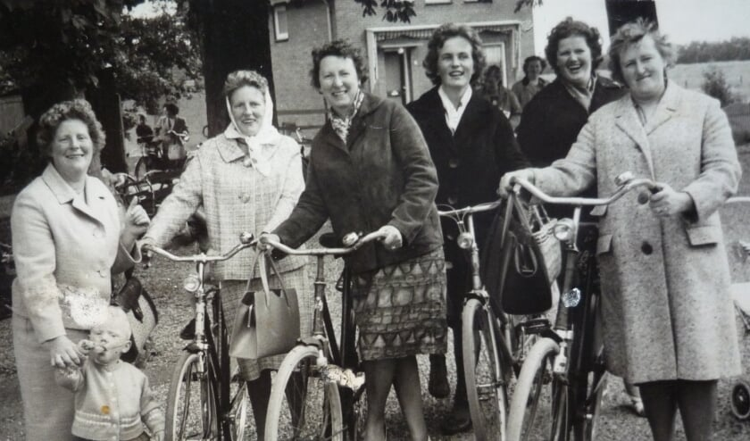 <p>Onder meer zoekt de VOL oude zwartwit foto's die voor de jaren '30 door een straatfotograaf in Linschoten zijn gemaakt tijdens Oranjefeesten, net als tijdens dorpsfeesten op 'Breedijk's land'.</p>