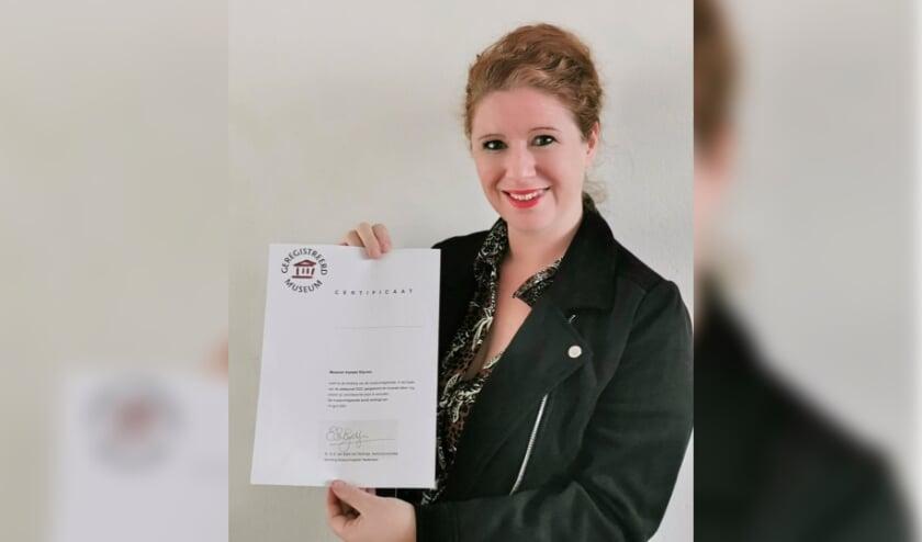 <p>&nbsp;Rylana Seelen met het certificaat herijking Museum Kasteel Wijchen.&nbsp;</p>