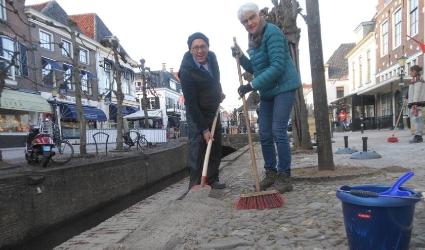 <p>Jan Blom en Annemarie Terpstra nemen de rand langs de beek onder handen. &quot;Er lag zoveel zand, dat de steentjes niet meer zichtbaar waren&quot;, aldus Annemarie. (Foto: Jos&eacute; Oosthoek)</p>