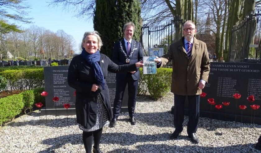 <p>Het boekje wordt overhandigd door voorzitter Bert Jansen (re) aan minister van Defensie Ank Bijleveld en burgemeester Danny de Vries</p>