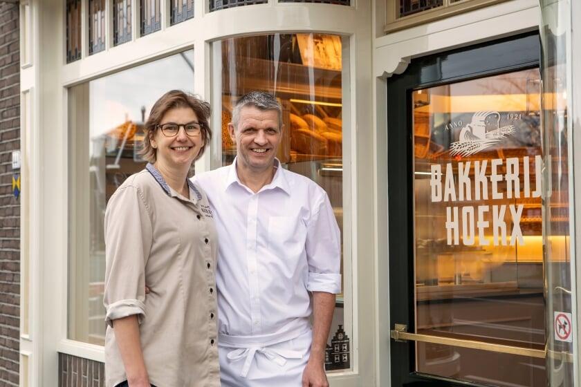 <p>Etiënne en Miriam Hoekx namen 25 jaar geleden de nu honderdjarige bakkerij over.</p>