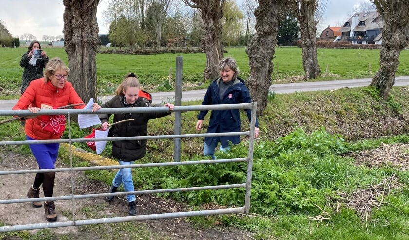 <p>Burgemeester Jolanda de Witte opent met de kinderburgemeester Reese Kuyt de bloesemtocht op de Buytenhof in Rhoon.</p>
