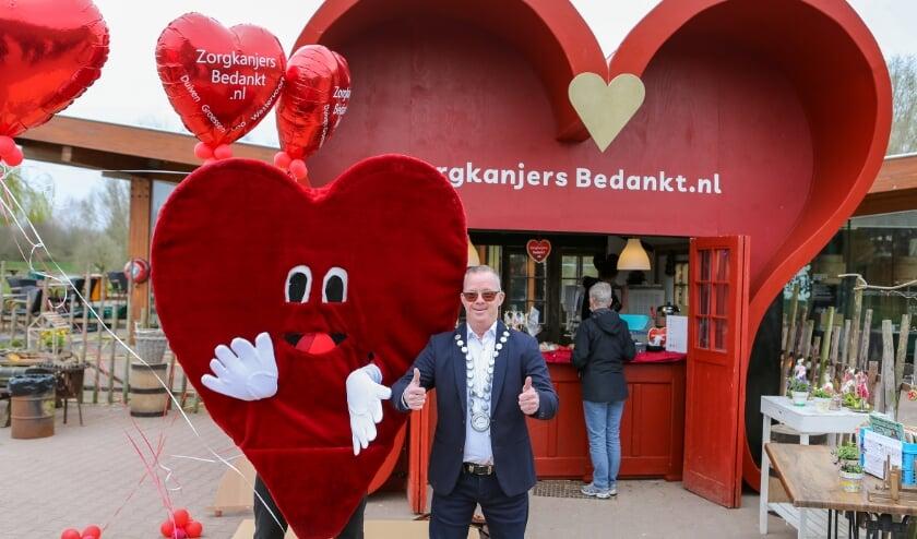<p>&#39;Burgemeester&#39; Roy van het Horsterpark opent samen met de mascotte de Hart-kraam bij het theepaviljoen.</p>