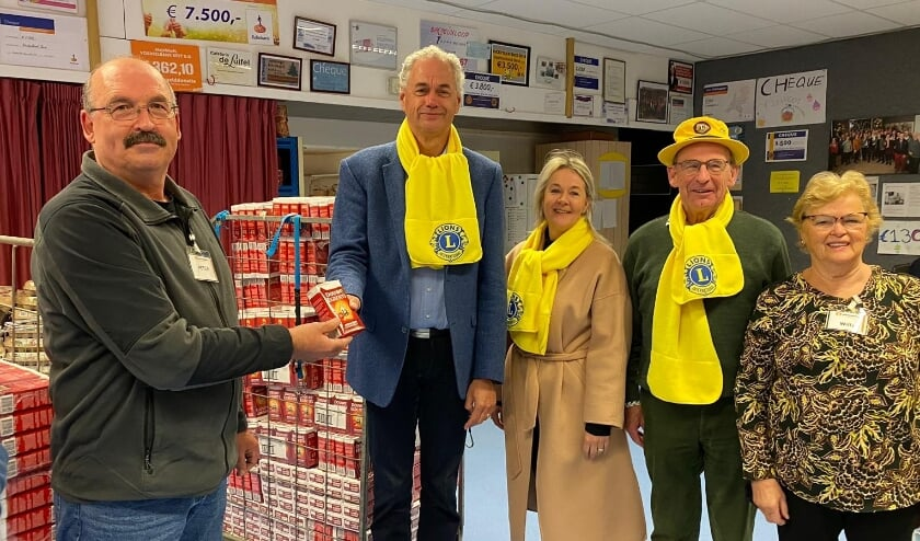 <p>Arnold Dijkstra overhandigt namens Lionsclub Best Oirschot symbolisch een pak koffie aan Frans van Rosendaal van de Voedselbank Best en omstreken.&nbsp;</p>
