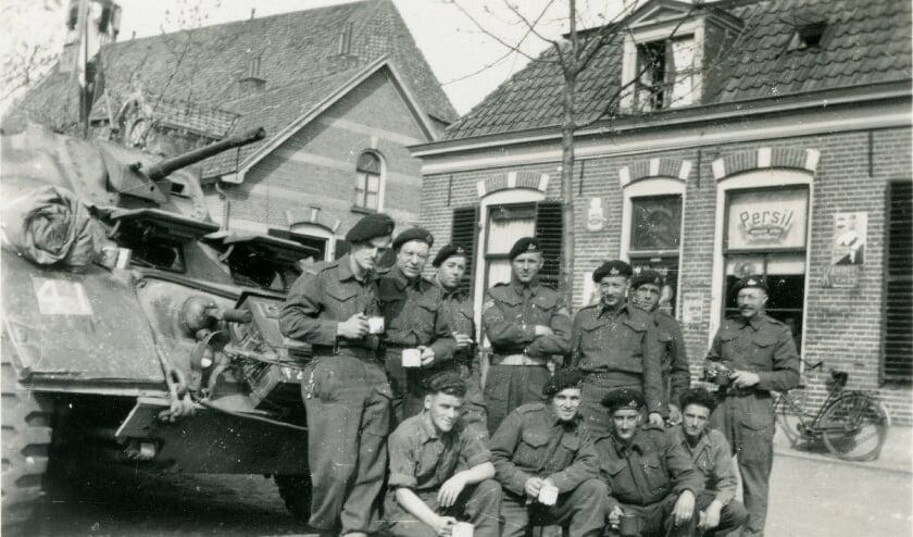 <p>Canadese militairen, die uitrusten op het Kerkplein in Diepenveen.</p>