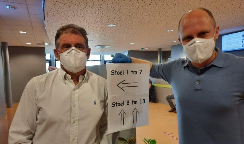 <p>De huisartsen Wilfried Salomons (links) en Johan Brouwer zijn begonnen met het vaccineren van de pati&euml;nten.&nbsp;</p>