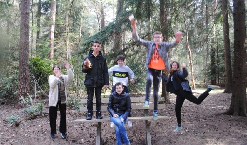 <p>Links op de foto Anouk Gielen en rechts Sterre Boerkamp ten midden van leerlingen van het projectteam</p>