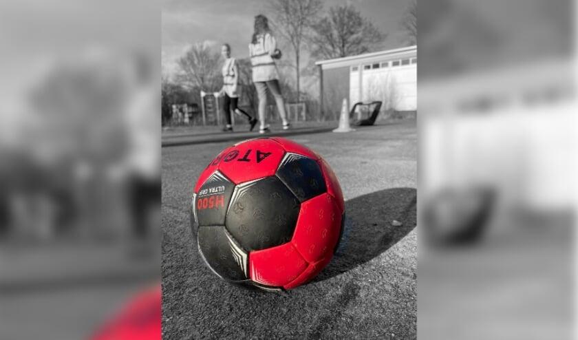 <p>Jongeren die streethandball doen.</p>