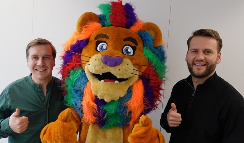 <p>Yoran Bos en Vincent Krijgsman met de nieuwe Haagse held Lufy&nbsp;</p>