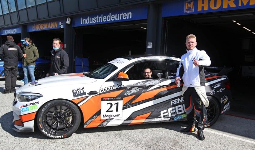 <p>Autocoureur Henry Zumbrink (36) uit Amerongen is weer snel.</p>