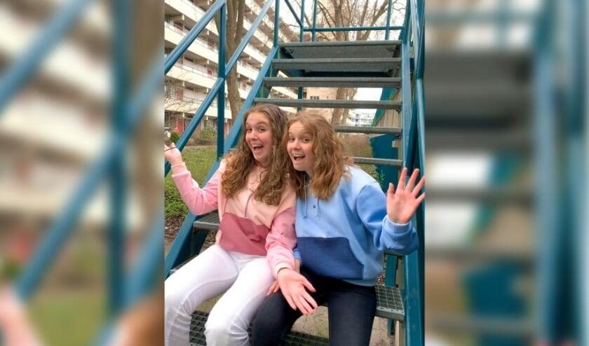 <p>Amy en Jolie in hoodies van P;)stel Clothes.</p>