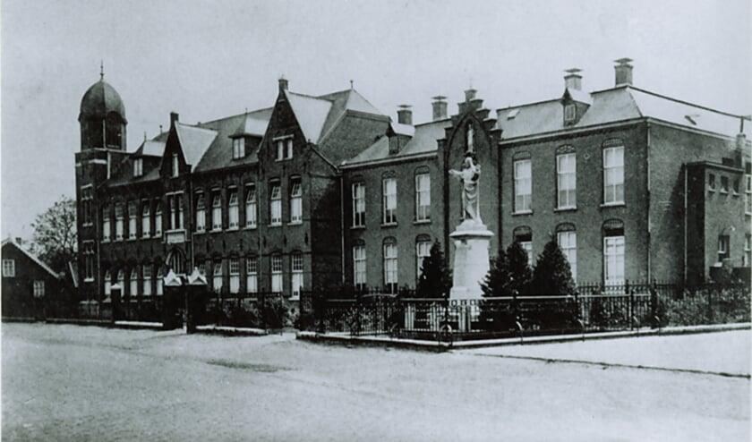<p>Huize Nazareth Klooster van de zusters Dochters van Maria en Joseph was gelegen aan de Dorpstraat (later Hoofdstraat)</p>