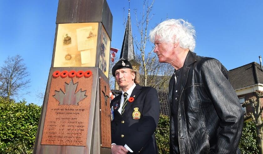 links Freddy Blom (World Royal Canadian Legionair) en rechts Ton Buitinga die een toespraak hield tijdens herdenking in Etten.
