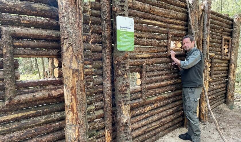 Boswachter Henk Jan Zwart uit Ermelo bij het wildkijkscherm in een bosvak van het Ruigeveld.