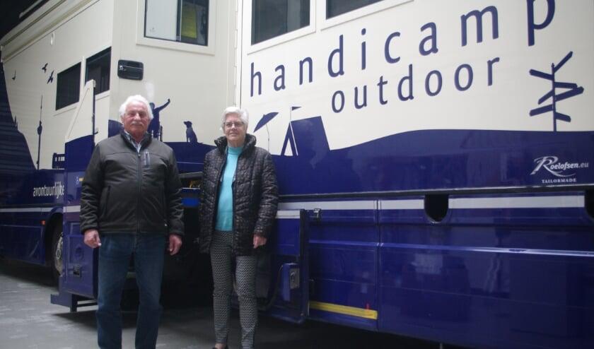 <p>Henk en Femmy bij &#39;hun&#39; Handicamper. Ze genieten nog elke dag dat ze deel uitmaken van het team en hopen dat er snel weer reizen gemaakt worden.</p>