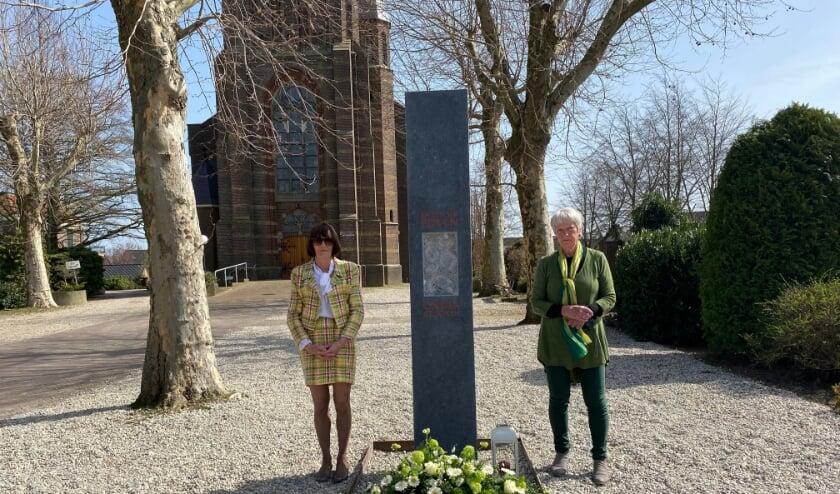 <p>Miranda Hieltjes en Ren&eacute;e Dubois legden bloemen tijdens de onthulling van het onderduikersmonument in Azewijn.</p>