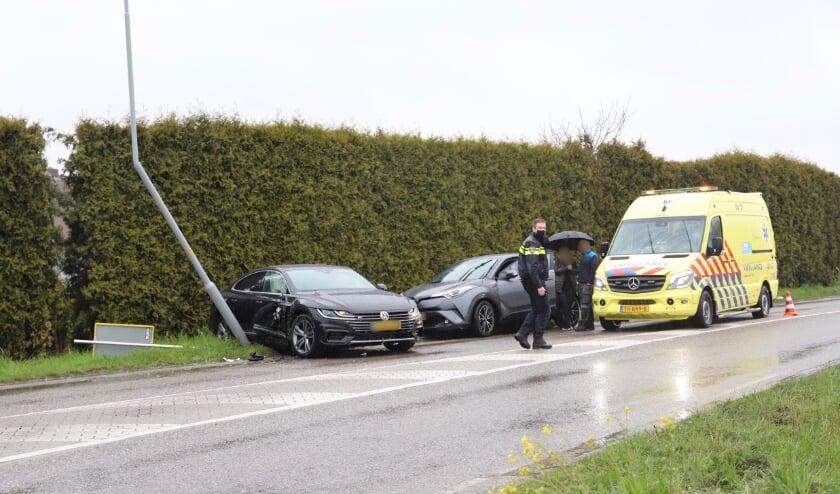 Auto botst tegen lantaarnpaal in Tiel