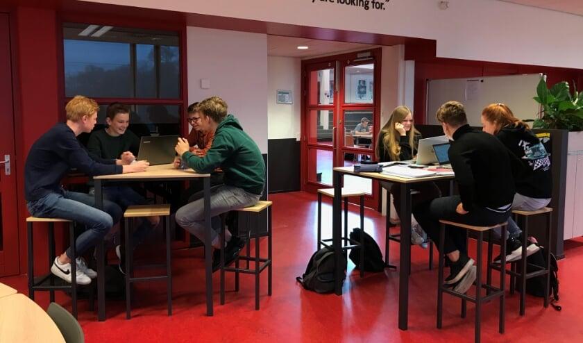 <p>Twee leerlingenadviesbureaus die met hun opdracht van Twence aan de slag zijn.</p>