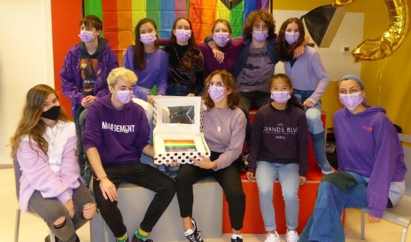<p>Leerlingen van het Canisius College ontvingen én ontvangen een taart voor de organisatie van Paarse Vrijdag.</p>