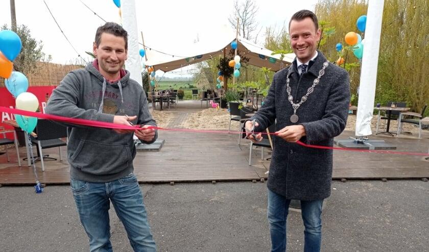 <p>Joey Akerboom en burgemeester Robbert-Jan van Duijn openen beachterras.</p>