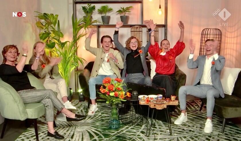 <p>Bestenaar Teun Toebes met zijn juichende gezinsleden tijdens Koningsdag op de High Tech Campus in Eindhoven.</p>