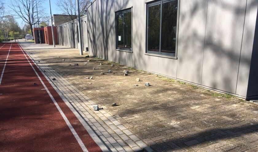 <p>De sportaccommodatie werd bekogeld met betonklinkers.&nbsp;</p>