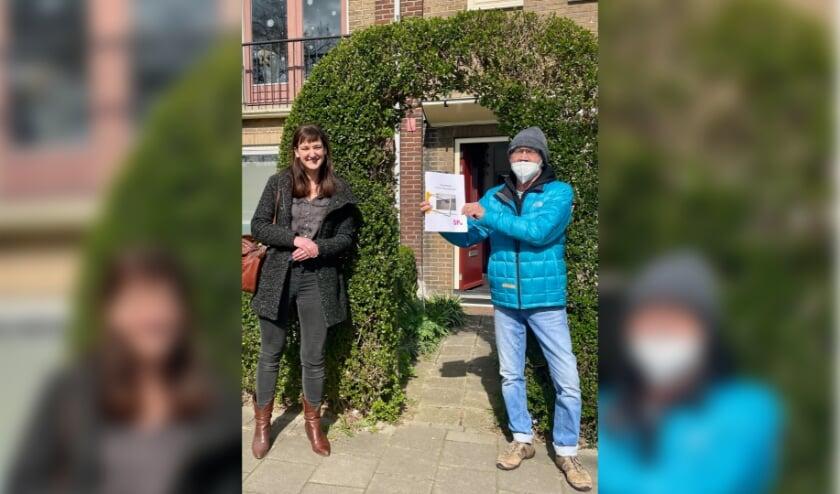 <p>SP-raadslid Sarah Dobbe en huurder Sjef Hamer onderweg naar Volkshuisvesting met het zwartboek.&nbsp;</p>
