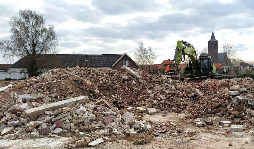 <p>De laatste restanten van het pand worden bijeen geschoven... (Foto: Anne Slok)</p>