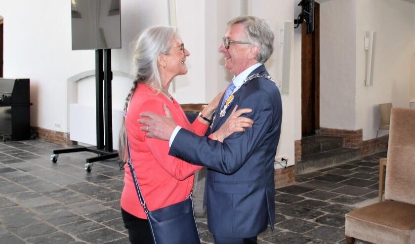 <p>Het lintje voor Geert van Rumund werd opgespeld door zijn vrouw Corrie. (foto: Kees Stap)</p>