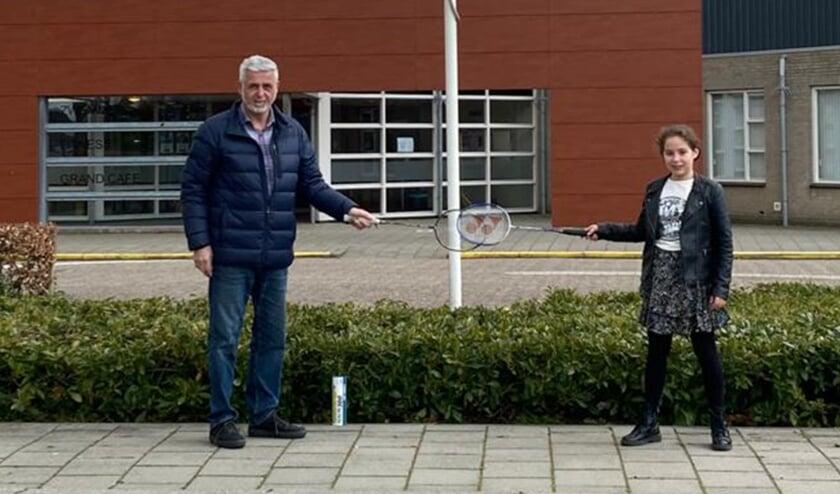 <p>Johan Clement met kleindochter Fleur voor de nu nog dichte sporthal De Kreek, keurig op anderhalve meter afstand.</p>