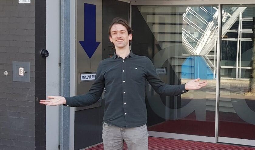 <p><strong>Tim de Jong staat voor de dichte deur van de bblthk.</strong>&nbsp;</p>