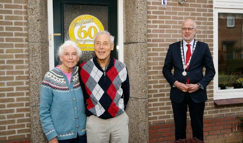 <p>Burgemeester Arend van Hout op bezoek bij het diamantenpaar Hans en Adriana Sander in de Poelstraat.</p>