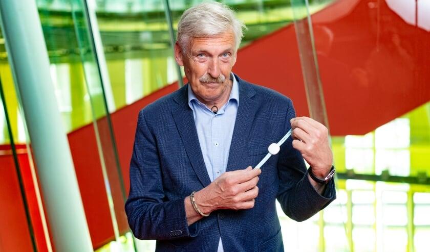 <p>Onderzoeksleider Rick Grobbee verwacht dat de COVID-RED armband een belangrijke rol kan spelen bij het indammen van de huidige pandemie bij het signaleren van infectieziekten in de toekomst. (Foto: UMC Utrecht)</p>