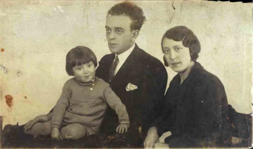 <p>Vader Levie Velleman en moeder Betsie Velleman &ndash; Wertheim met dochter Cato.&nbsp;</p>
