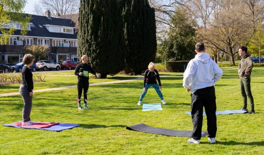 <p>Loes Pansters van FysioHolland Zeist (tweede van links) sport met kleine NAH groepjes in het &nbsp;park aan de Griffensteijnselaan.&nbsp;&nbsp;</p>