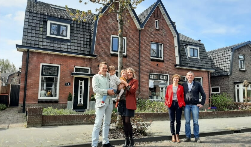 <p>Families Van Giersbergen en Vroling zijn blij dat hun huizen aan de Leeuwerikstraat weer authentiek zijn.&nbsp;</p>