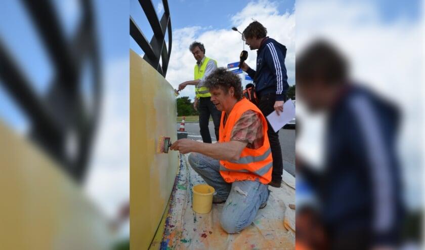 <p>Onder leiding van kunstenaar Charles Popelier wordt het kunstwerk &#39;Kleurencirkel A59&#39; volledig gerenoveerd.</p>