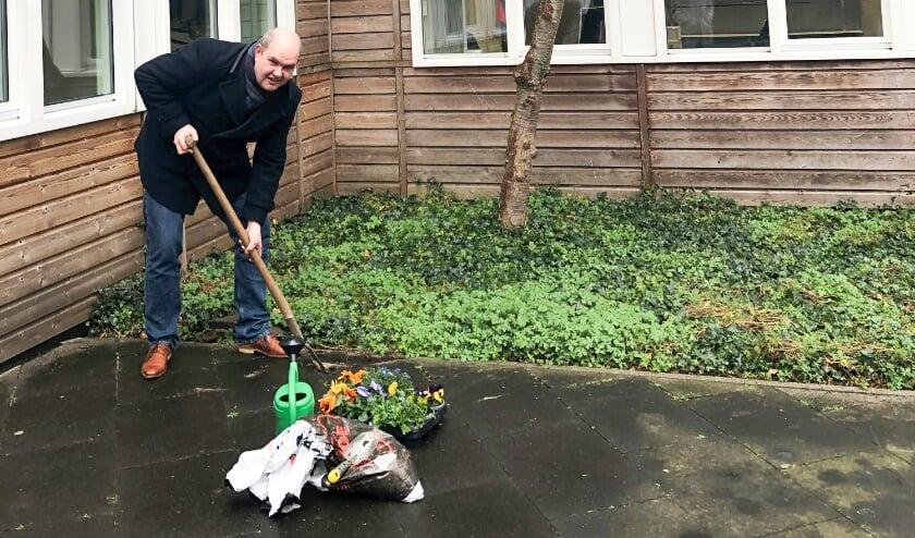 <p>Wethouder Erik van Hoften vervangt de eerste tegel door bloemen.&nbsp;</p>