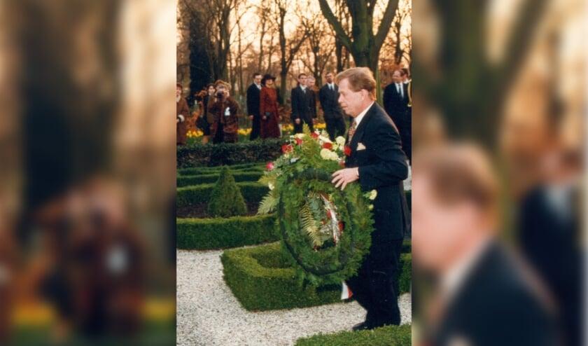 <p>Vaclav Havel legt in 1995 een krans op het Geuzengraf.</p>