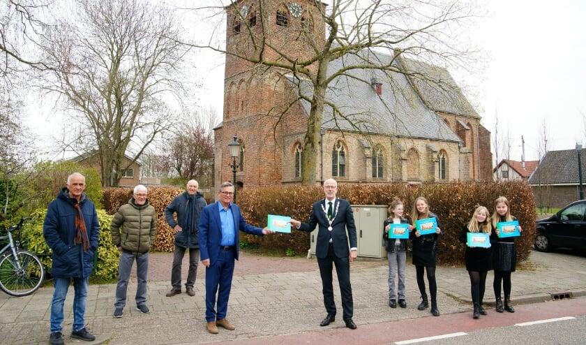 <p>Burgemeester Van Hout neemt uit handen van Kees Krechting het eerste boek in ontvangst. Links John Kemper, Wim Vlijm en Bert Stienissen. De kinderen kregen ook een exemplaar.</p>