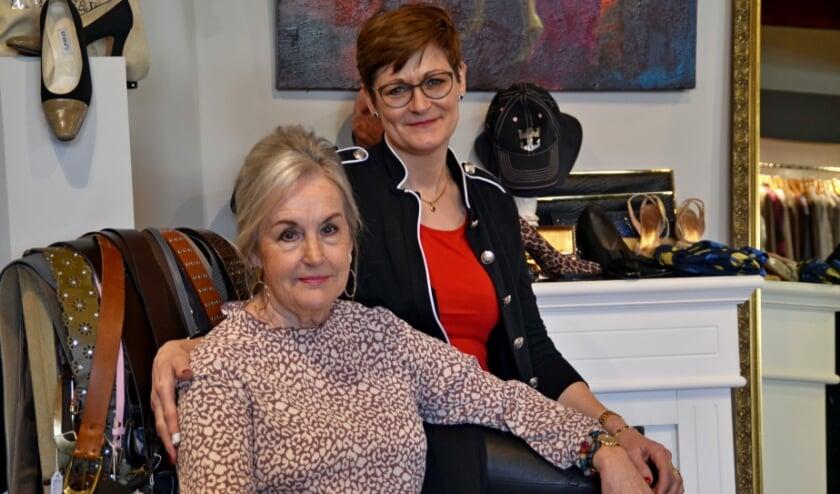 <p>Foto: Corrie van der Kolk (links) heeft het stokje overgedragen aan Mara Winkels (foto Jan Boer)</p>