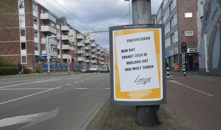 <p>Een vertrouwd beeld in Arnhem, een poster van Loesje.</p>