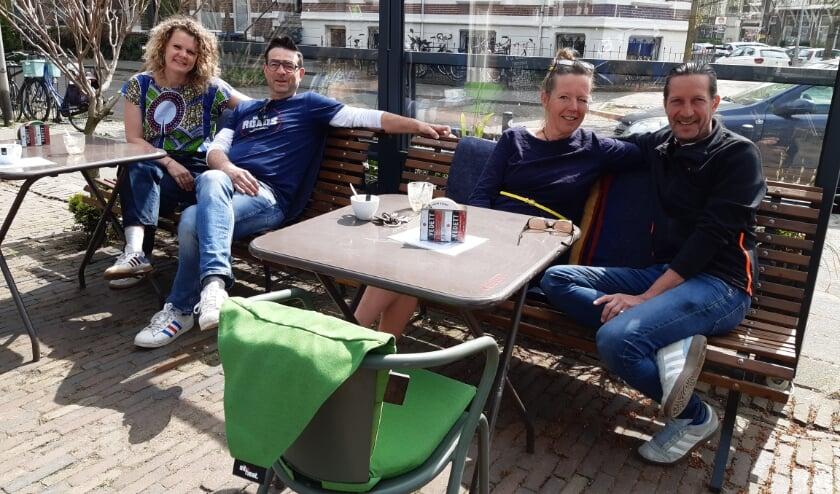 <p>Het team van Café Frowijn met rechts Paul Huismans, vlak voor de start van de heropening van hun terras. (Foto: Gerrit Jan Griepsma)</p>
