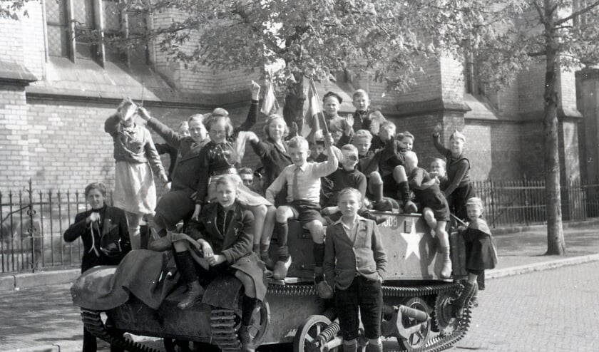 <p>Zwolse kinderen op een universal carrier van de Canadese bevrijders. </p>