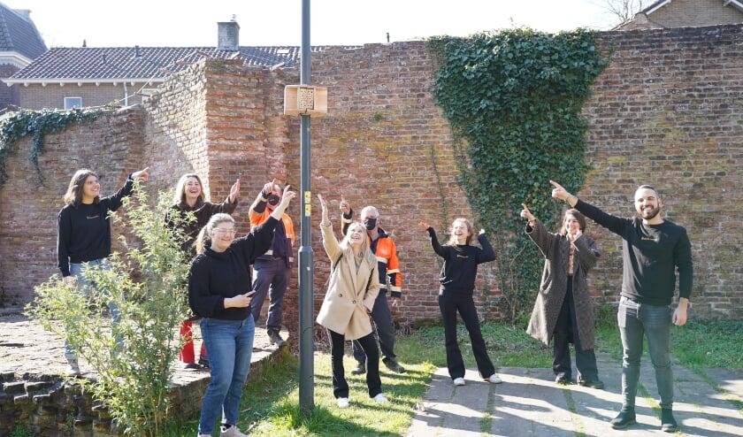 Een van de tien Streetlight Bee&Bees is opgehangen in het Torckpark bij de resten van de oude kasteel.