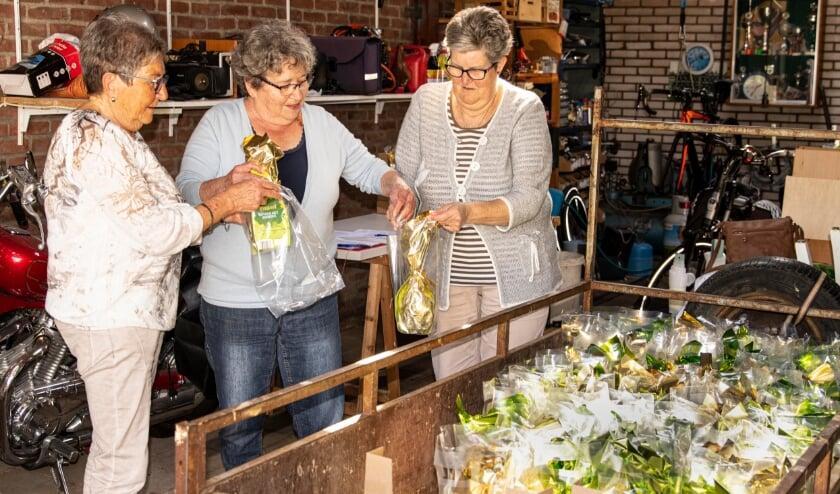 <p>Bestuursleden Ria Boxstart, Mieke van Schie en Elly Pelgrom zijn druk in de weer om de paasverrassingen klaar te zetten.</p>