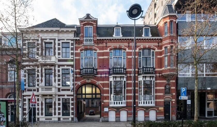 """<p>De panden staan beide op de rijksmonumentenlijst. Ze zijn gebouwd als twee herenhuizen, met een overbouwde inrijpoort. Meer informatie staat op <a href=""""//www.heemkundekringtilburg.nl"""">www.heemkundekringtilburg.nl</a>.</p>"""