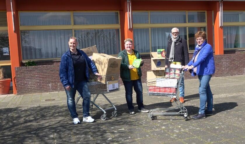 <p>&nbsp;v.l.n.r.: Sonja Ermstrang, Joyce Krijnen (initiatiefnemers), Wim Bijkerk en Toos Brok (Voedselbank Bommelerwaard).</p>